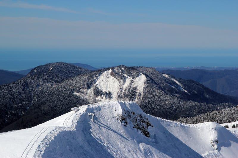滑雪倾斜在多雪的山区度假村罗莎Khutor,索契 免版税库存照片