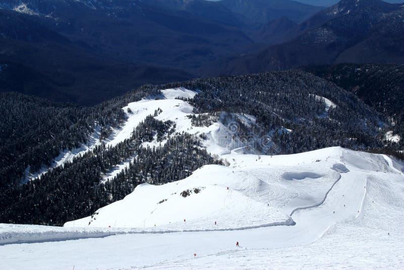 滑雪倾斜在多雪的山区度假村罗莎Khutor,索契 图库摄影