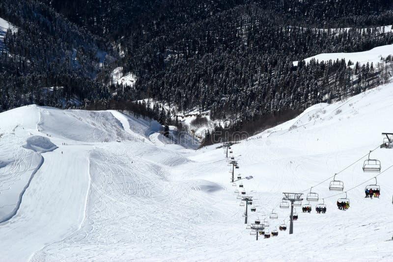 滑雪倾斜在多雪的山区度假村罗莎Khutor,索契 库存照片
