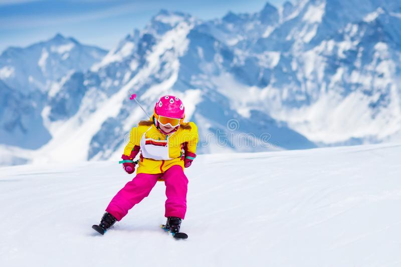 Download 滑雪和雪乐趣 孩子滑雪 儿童冬季体育 库存图片. 图片 包括有 法国, 系列, 安全, 课程, 奥地利 - 105113123