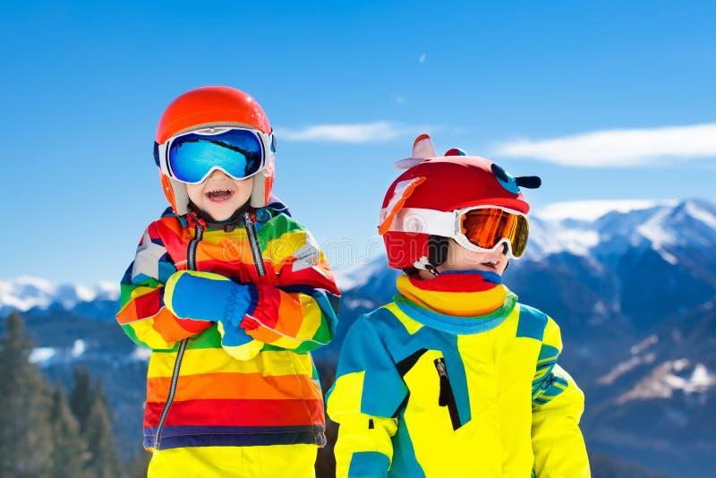 滑雪和雪孩子的冬天乐趣 儿童滑雪 免版税图库摄影