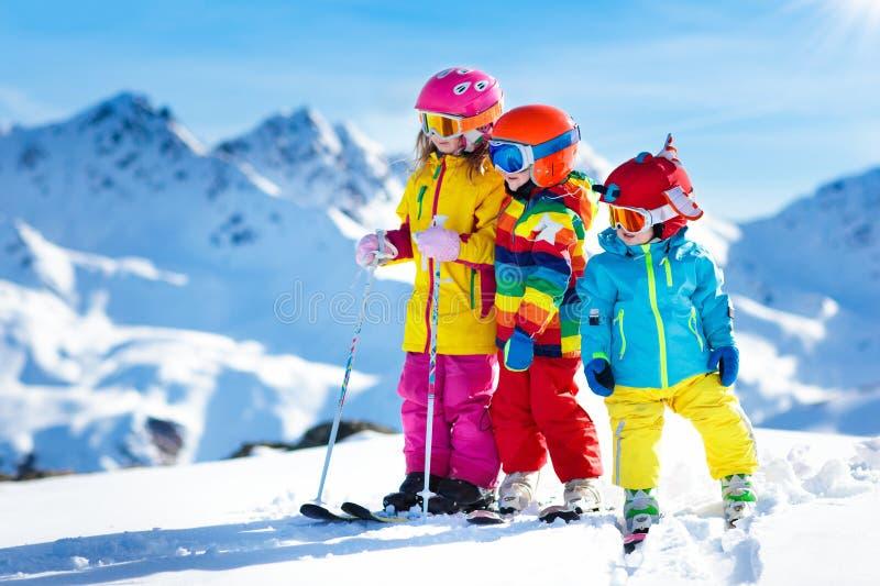滑雪和雪孩子的冬天乐趣 儿童滑雪 免版税库存照片