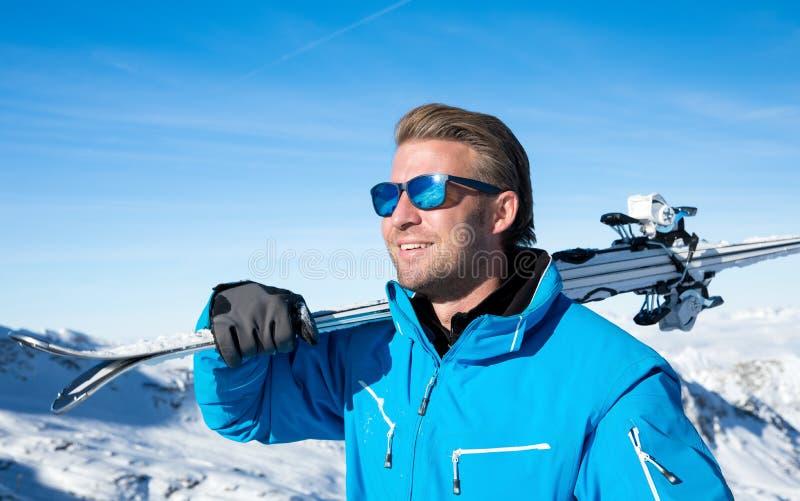 滑雪在冬天多雪的山 库存照片