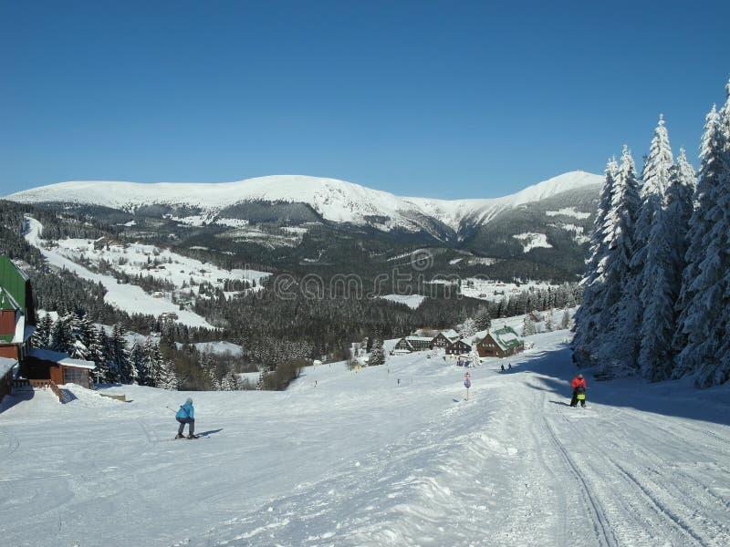 滑雪在大山的一个山旅游胜地 免版税图库摄影