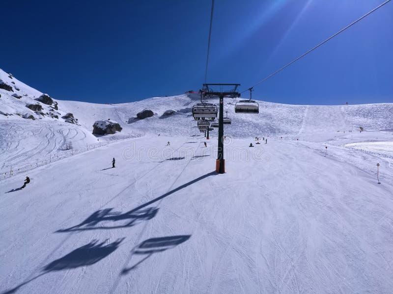 滑雪在白色雪倾斜或滑雪坡道的人们 库存照片