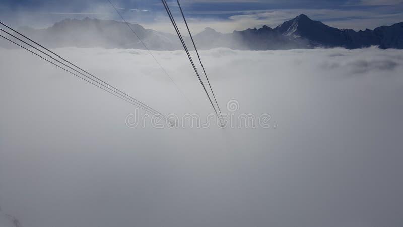滑雪在雾消失的长平底船绳索的图象 免版税库存照片