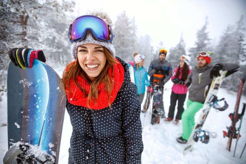 滑雪地形的女性挡雪板 免版税库存照片