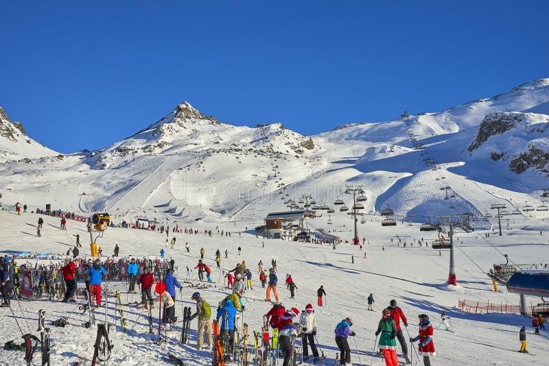 滑雪基地在蒂罗尔阿尔卑斯在晴朗的12月天 免版税库存照片