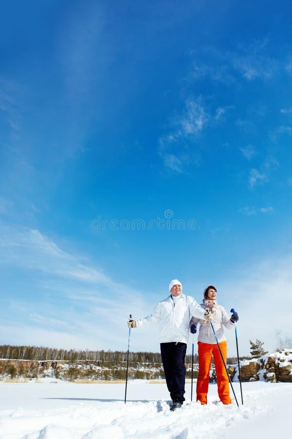 滑雪夫妇 免版税图库摄影