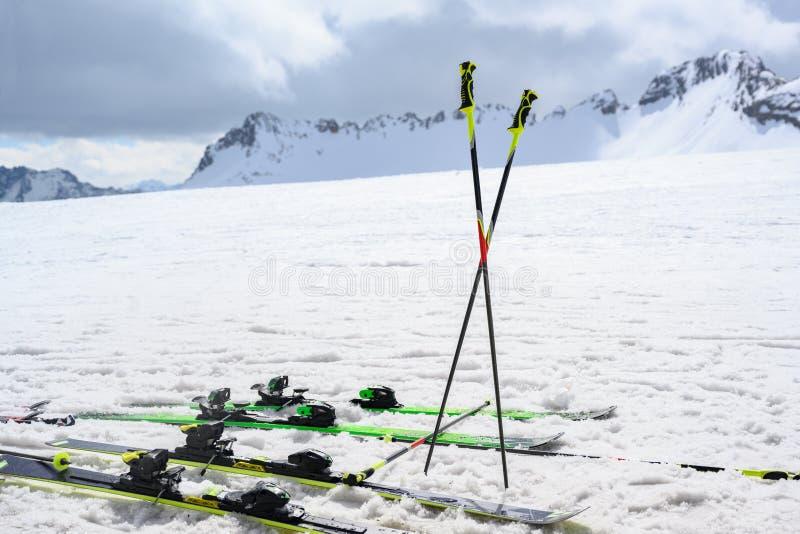 滑雪杆和滑雪在雪在山,拷贝空间 免版税库存照片