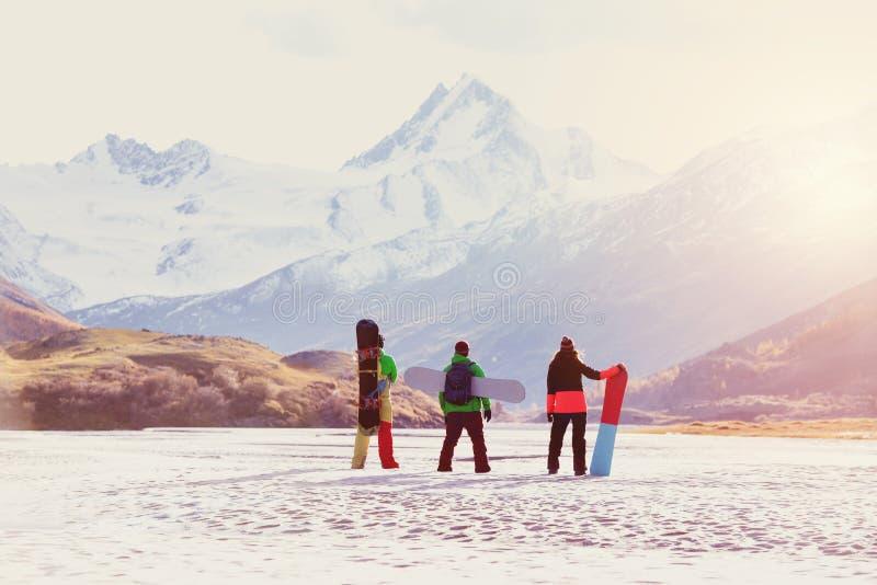滑雪概念朋友挡雪板山 免版税库存图片