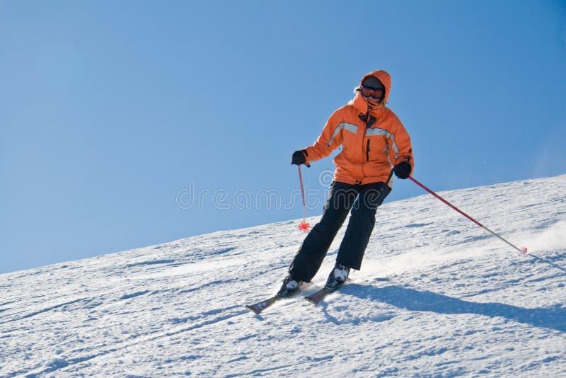 滑雪的年轻人 免版税库存照片