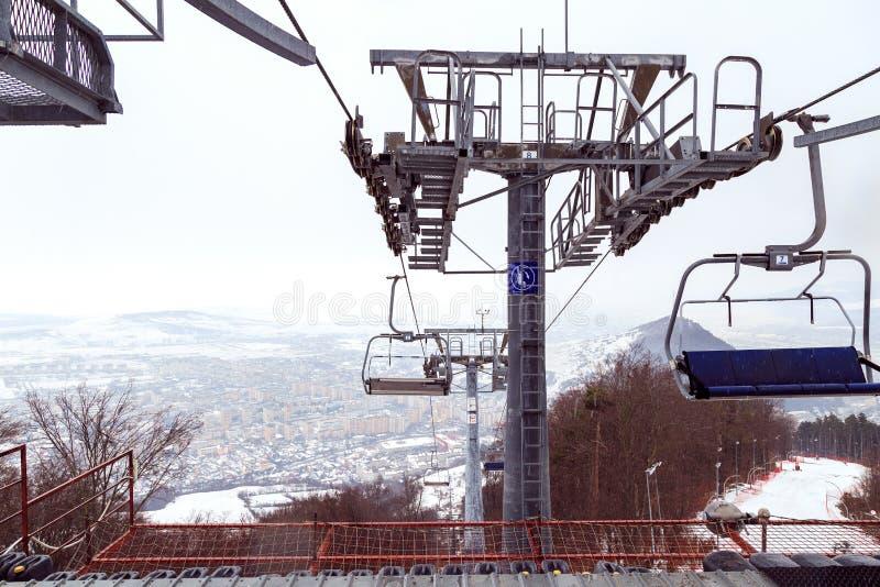 滑雪缆绳在皮亚特拉-尼亚姆茨,罗马尼亚,城市皮亚特拉-尼亚姆茨顶视图在冬日 库存图片