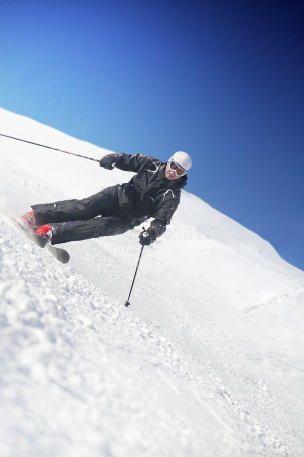 滑雪者倾斜 免版税库存图片