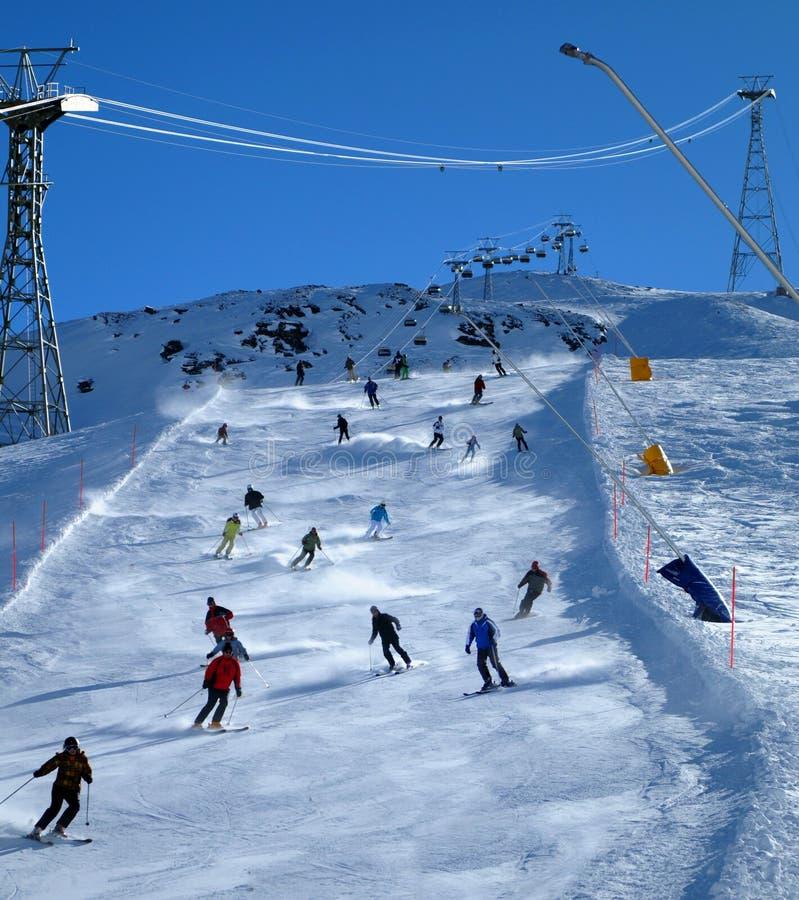 滑雪者倾斜 库存图片
