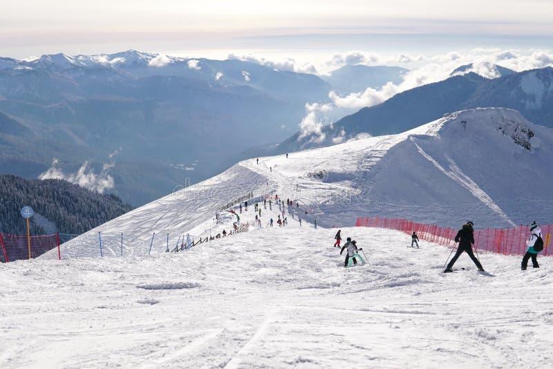 滑雪者和挡雪板在滑雪场寒假旅行的山坡乘坐 免版税图库摄影