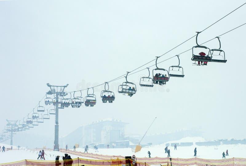滑雪者在滑雪电缆车7,山体育题材,滑雪登高 免版税库存图片