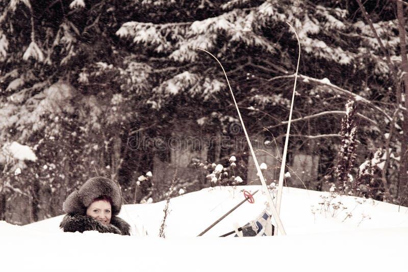 滑雪者随风飘飞的雪 免版税图库摄影