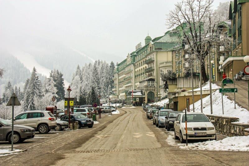 滑雪胜地塞默灵,奥地利 在豪华旅馆附近的路在奥地利阿尔卑斯 田园诗冬天妙境山风景 免版税库存图片