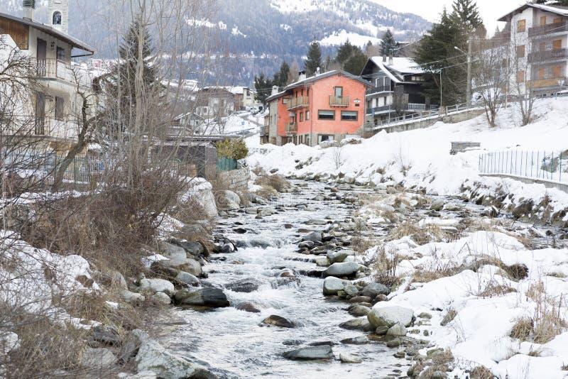 滑雪胜地的山河在意大利,阿尔卑斯 免版税库存图片
