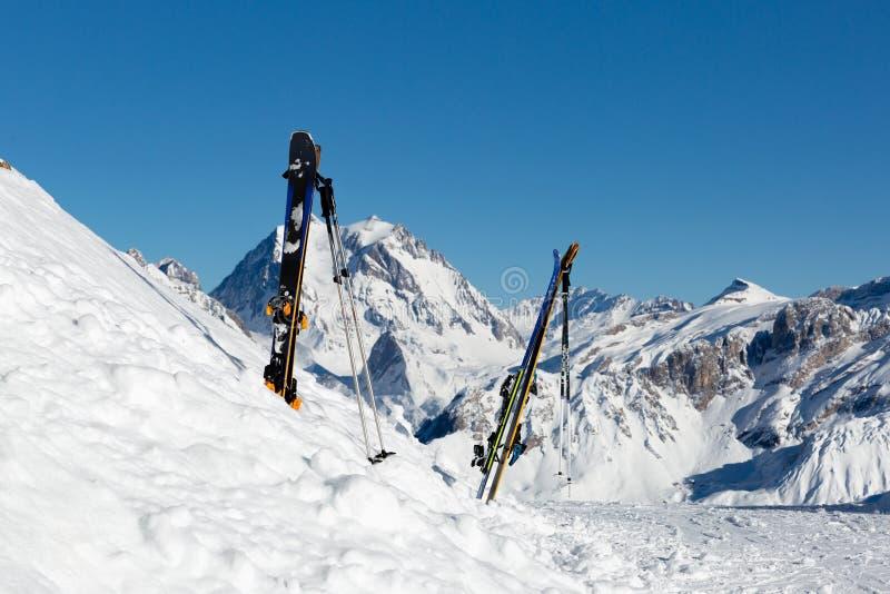 滑雪设备有冬天山全景在一个清楚的晴朗的冬日 免版税库存照片