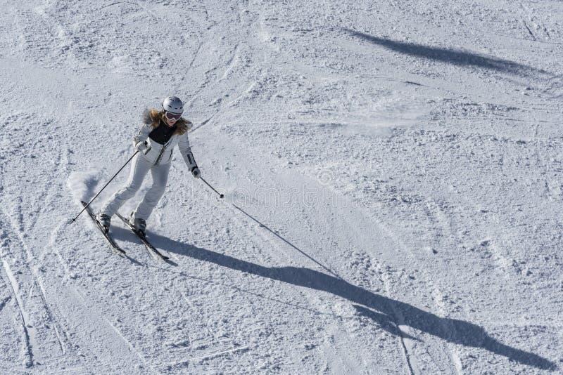 滑雪道的奥地利女性下坡滑雪者 免版税库存照片