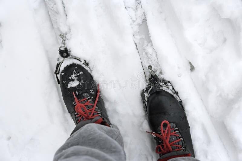 滑雪靴和滑雪在雪 免版税库存照片