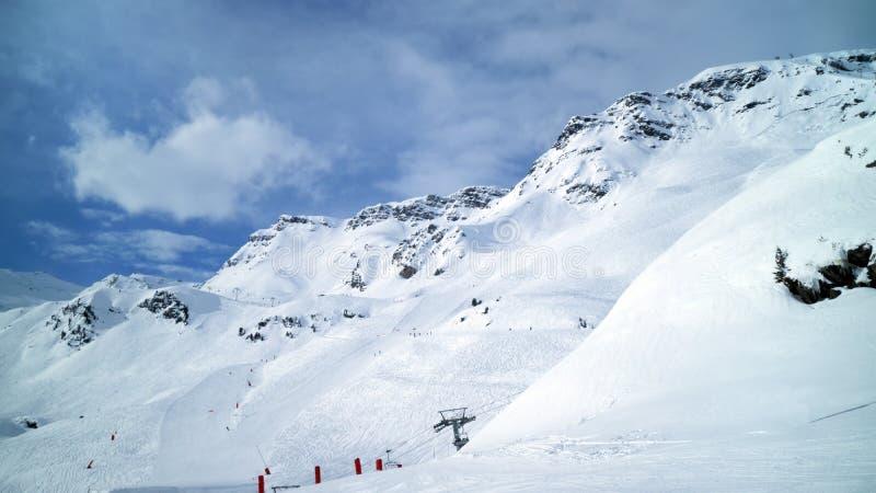 滑雪,在倾斜的雪板运动,在新鲜的雪的滑雪道 库存图片