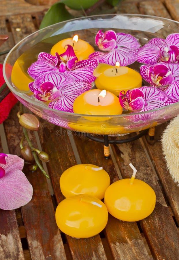 滚保龄球与在木表的兰花和蜡烛 库存图片