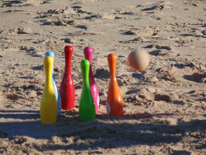 滚保龄球在冲击前的海滩 图库摄影
