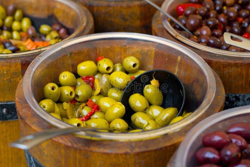 滚保龄球木的橄榄 免版税图库摄影