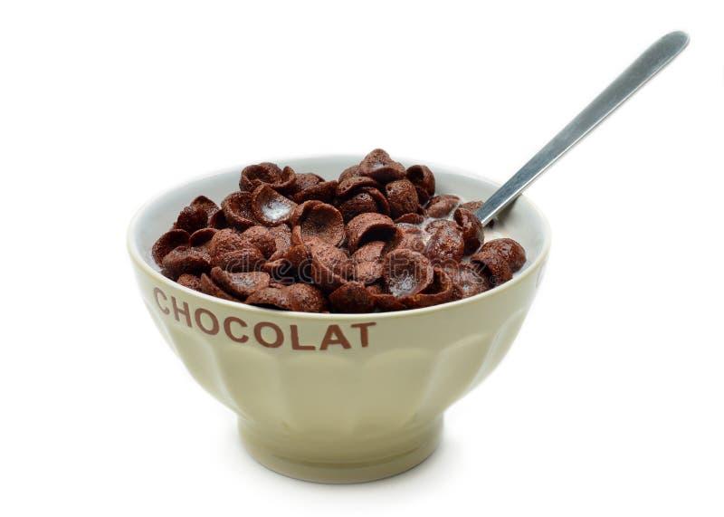 滚保龄球用巧克力玉米片、谷物和牛奶 免版税库存照片