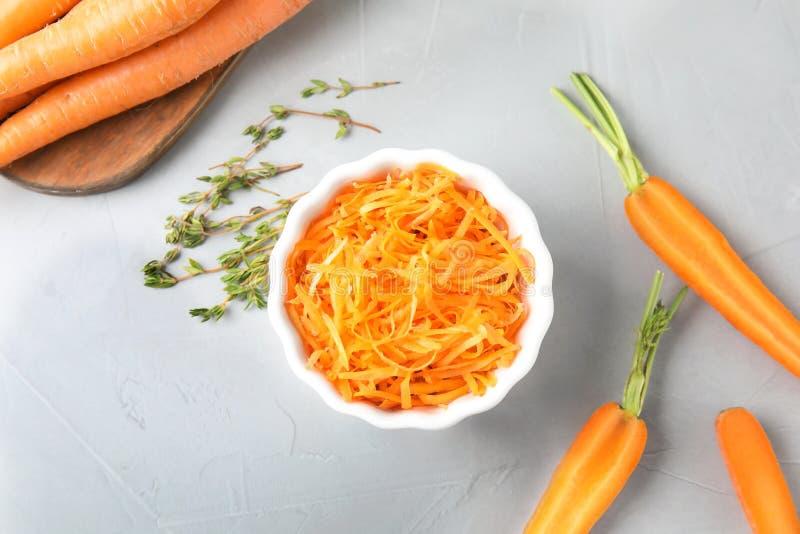 滚保龄球用被磨碎的成熟红萝卜和新鲜蔬菜 免版税图库摄影