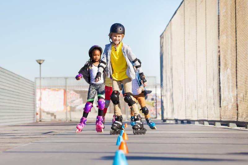 滚动在冰鞋公园的愉快的轴向溜冰者 库存图片