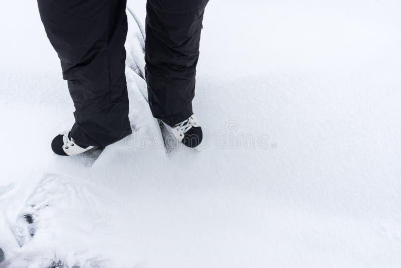 滚动在冻湖的曲棍球冰鞋的人的脚 免版税库存照片