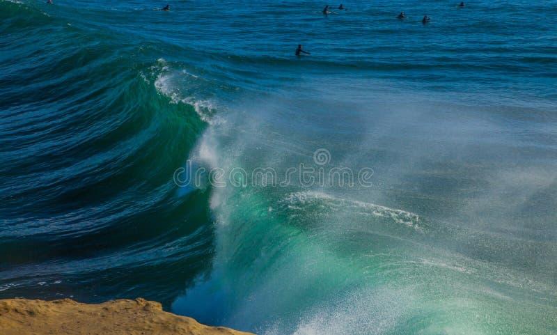 滚动在圣克鲁斯海湾的不可思议的巨大的波浪  免版税库存图片