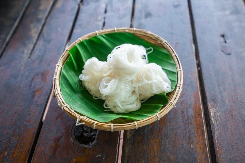 滚动白色泰国米线在竹bas的香蕉叶子 免版税库存图片