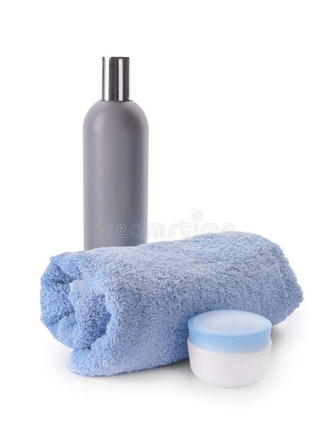 滚动的清洁毛巾和化妆用品在白色背景 库存图片
