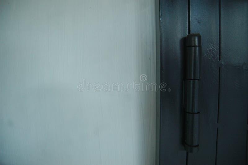 滚动的门黑色细节纹理-金属的关闭 免版税库存照片