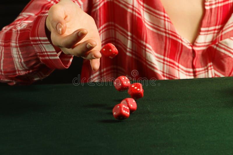 滚动红色模子的女孩在桌上跌倒 库存照片
