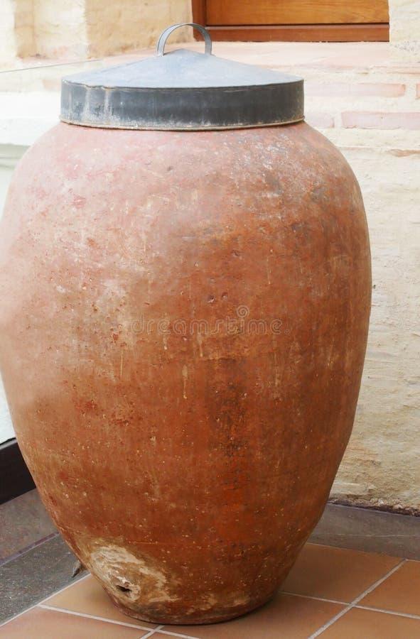 滚磨地窖老酒 堆积酒瓶在地窖里,多灰尘,但是鲜美 免版税图库摄影
