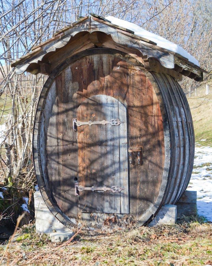 滚磨木被建立的客舱的hobbit 库存照片