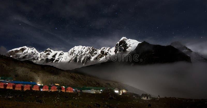 满天星斗的天空和雪山 免版税库存照片
