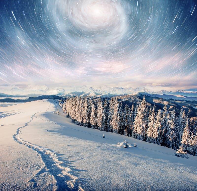 满天星斗的天空在冬天多雪的夜 在新年` s伊芙的意想不到的银河 美国航空航天局礼貌  预期 库存图片