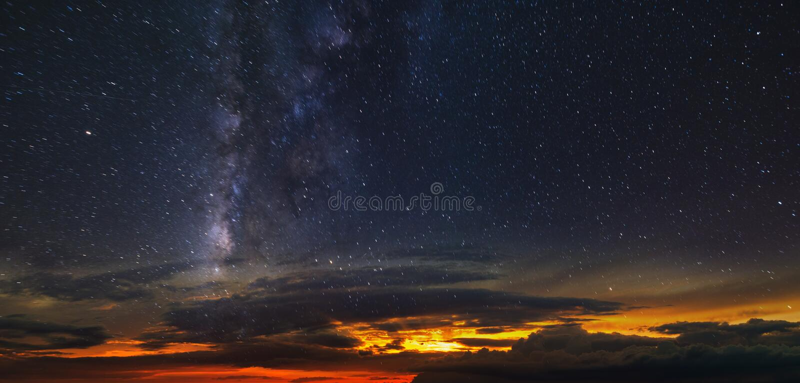 满天星斗的天空的全景在红色天际的 库存照片
