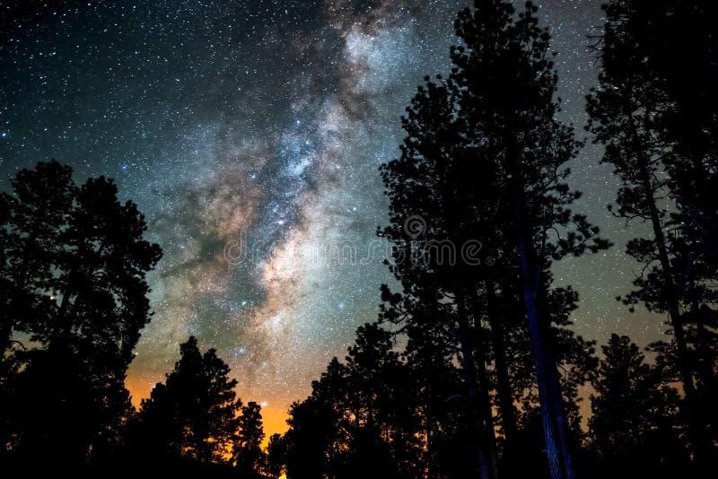 满天星斗的天空,银河 长的曝光照片  背景美好的图象安装横向晚上照片表使用 图库摄影