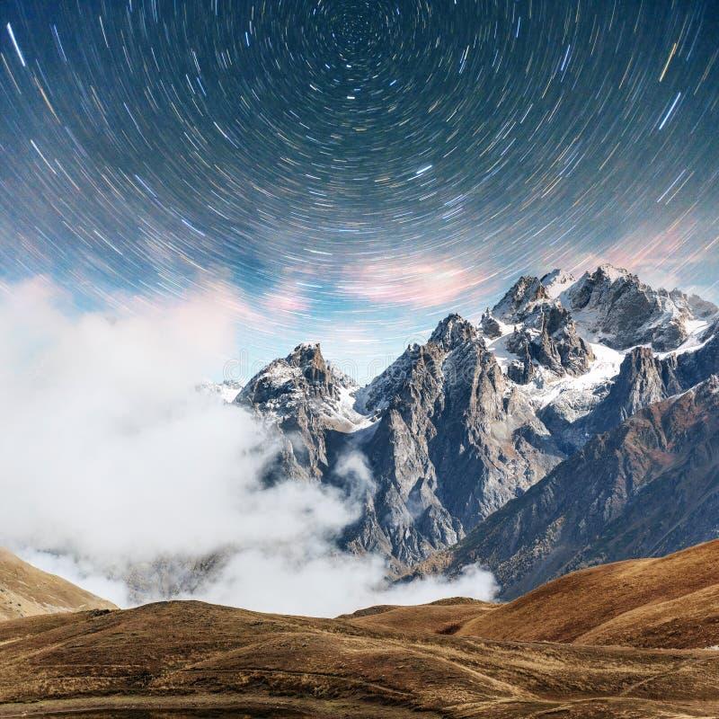 满天星斗美妙的天空 加盖的峰顶雪 主要白种人土坎 从登上Ushba迈尔,乔治亚的山景城 欧洲 免版税库存照片