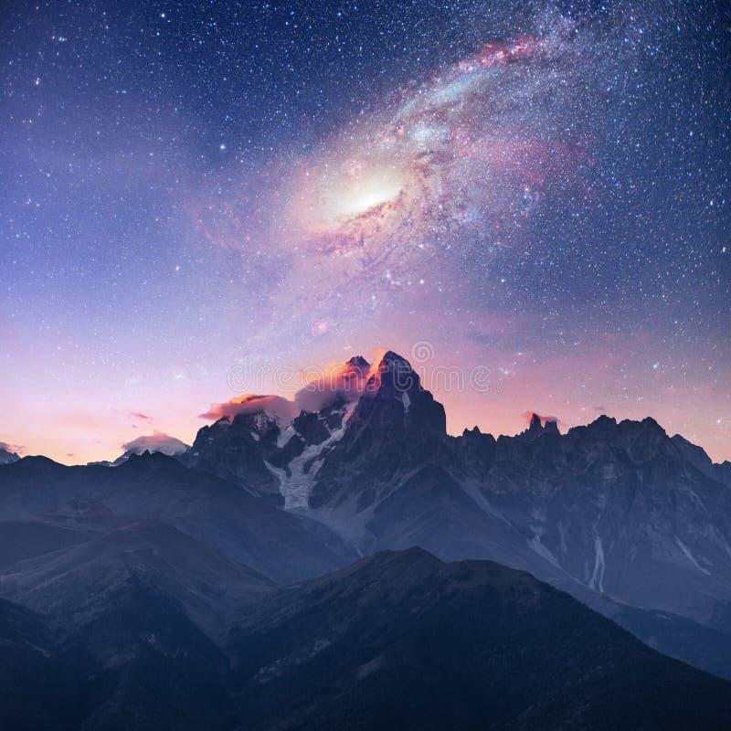 满天星斗美妙的天空 加盖的峰顶雪 主要白种人土坎 美国航空航天局礼貌  从登上Ushba迈尔的山景城 免版税库存照片