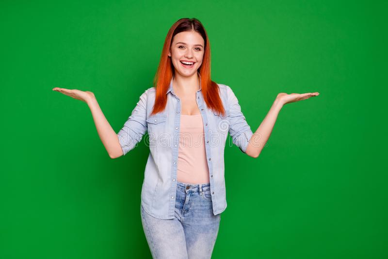 满意的可爱的有吸引力的夫人青年内容高兴的笑画象劝告广告挑选决定建议提议 免版税库存照片