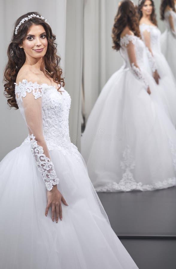 满意的年轻新娘,一个人,看自已,在镜子,愉快 库存照片